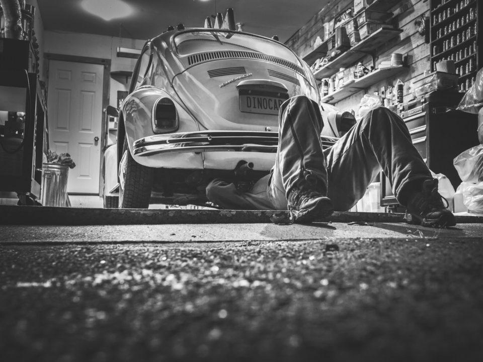 vintage mustavalkoinen autokorjaamo