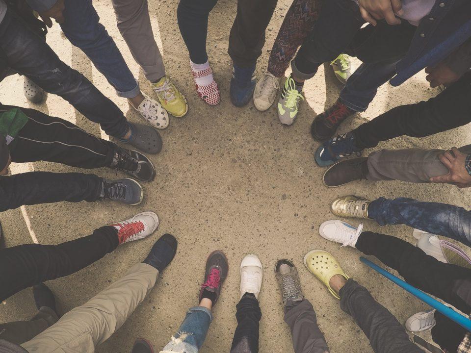 rinki ihmisiä jalkoja kenkiä filtteröity väri