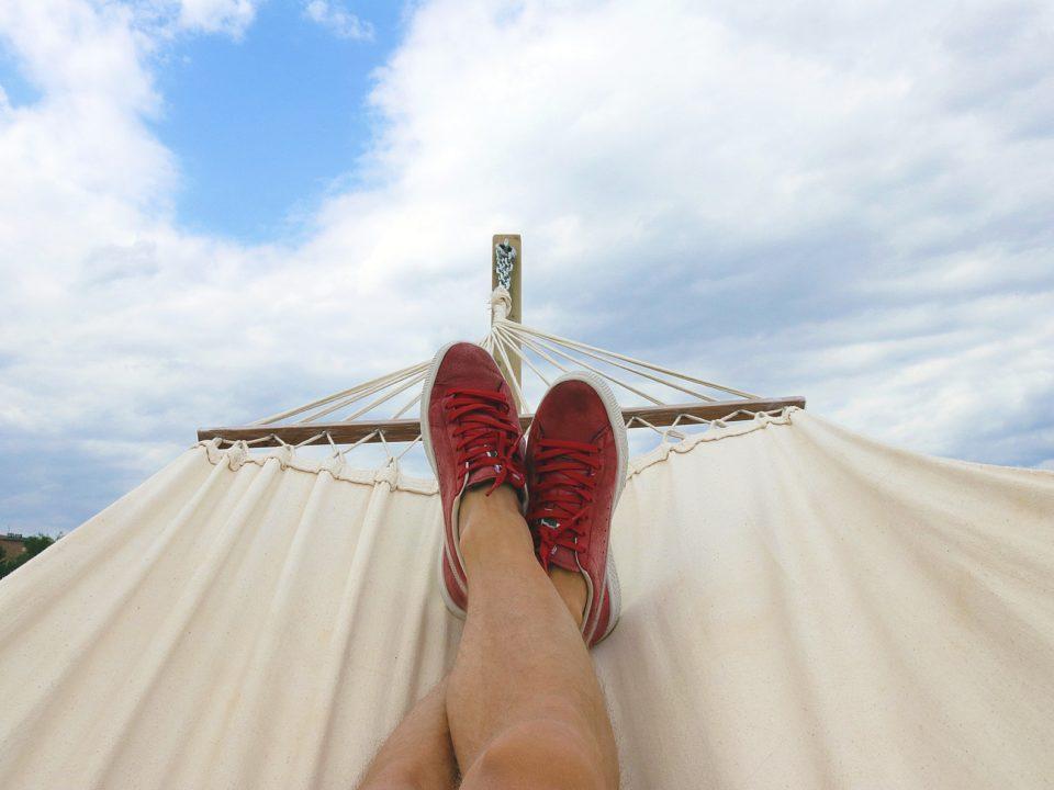 punaiset kengät riippukeinu sininen taivas