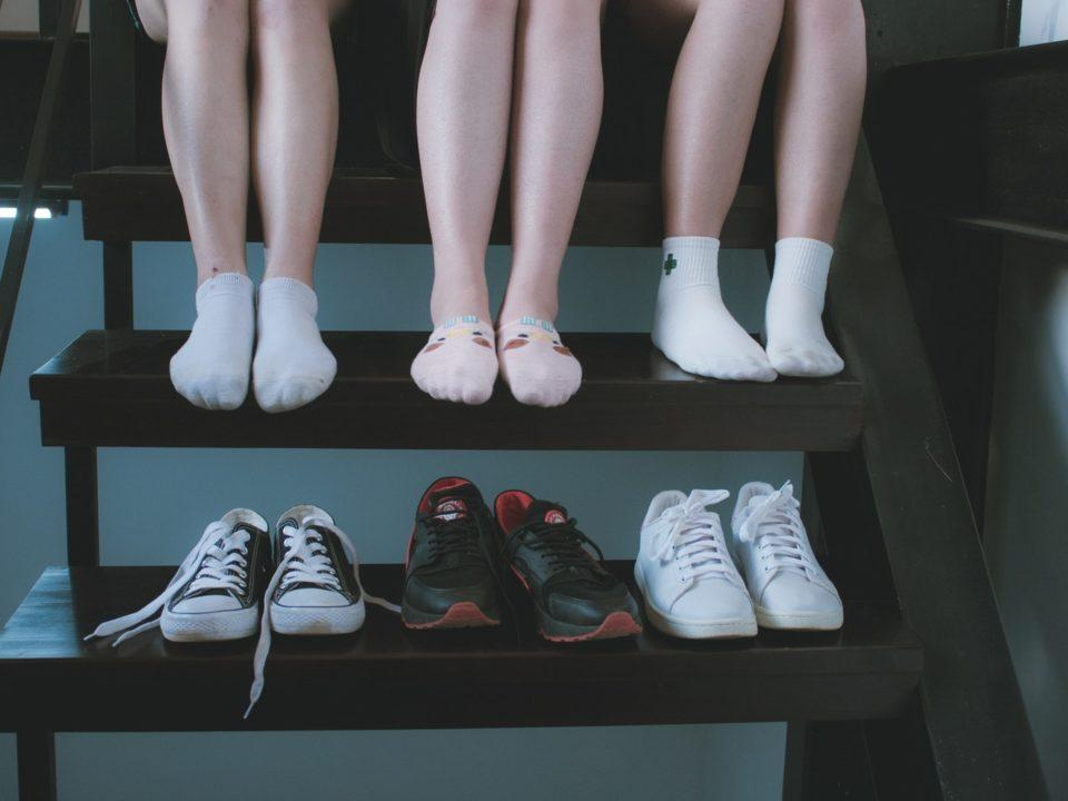 kolmet jalat ja kolme kenkäparia
