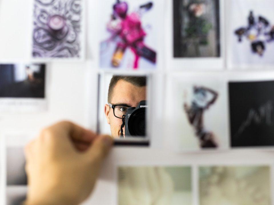 selfie omakuva sumennettu tausta silmälasit mies kamera