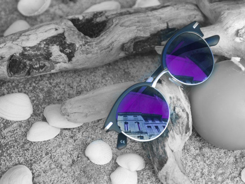 violetit aurinkolasit mustavalkoinen tausta
