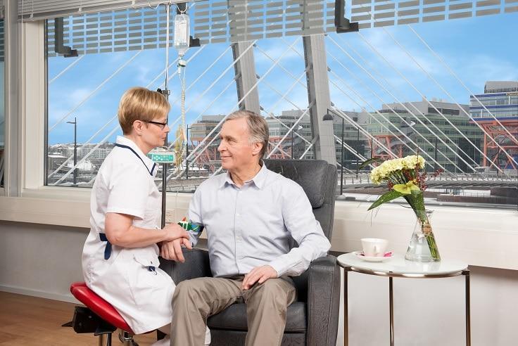 docrates syöpäsairaala lääkehoito nainen mies sininen taivas