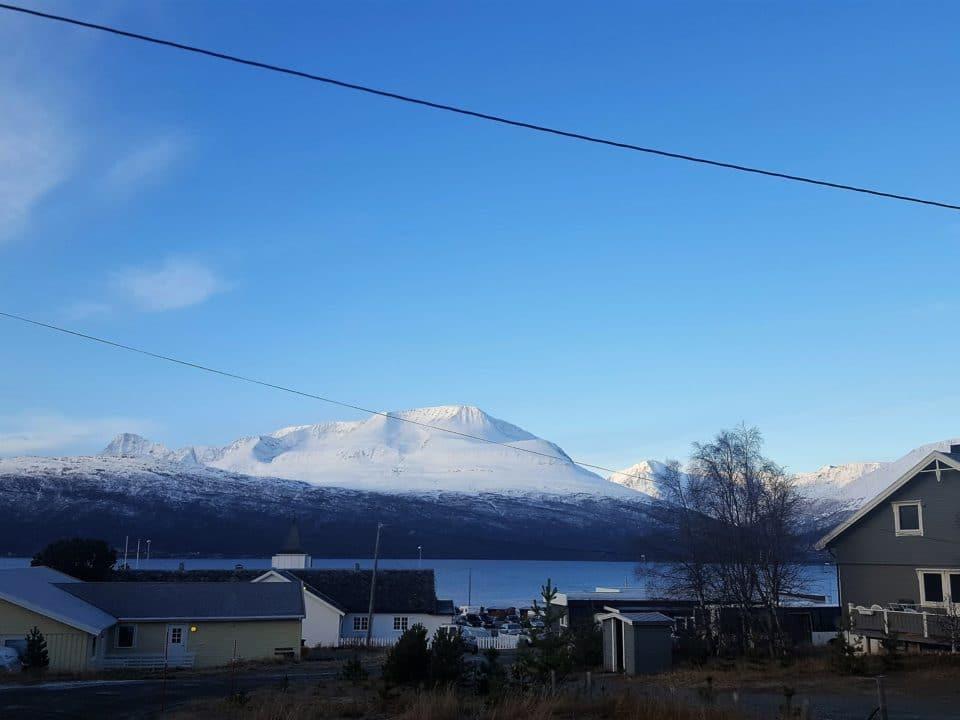 norja järvi kylä tunturi sininen taivas