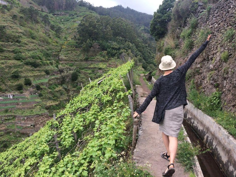 nainen hattu päässä vuoristo vihreä