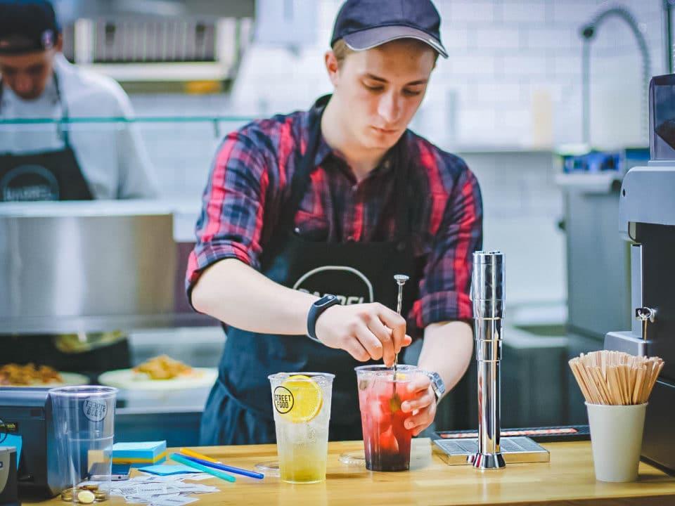 nuori mies kahvila työntekijä juoma