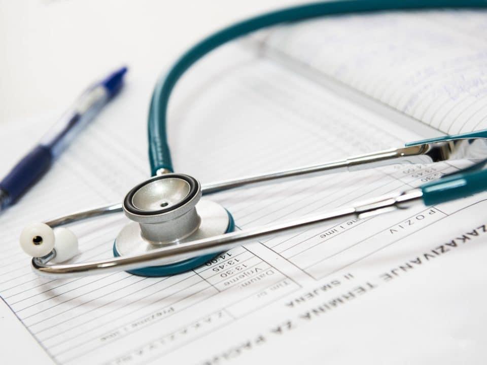 stetoskooppi sairaala lääkäri metallinväri valkoinen sininen