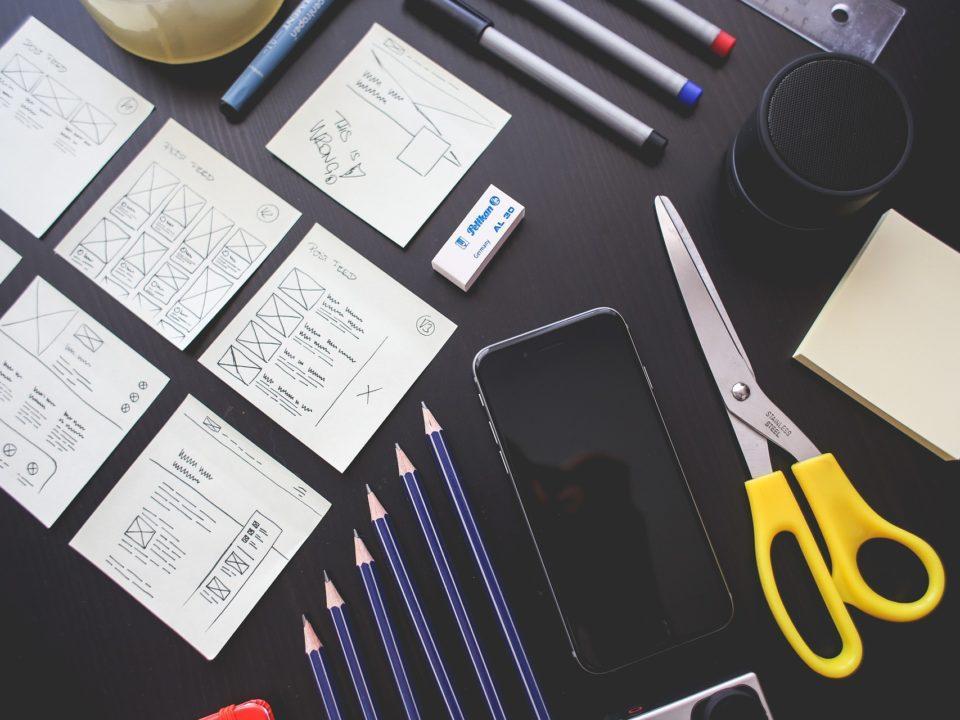 tumma pöytä paperia keltaiset sakset toimistovälineitä