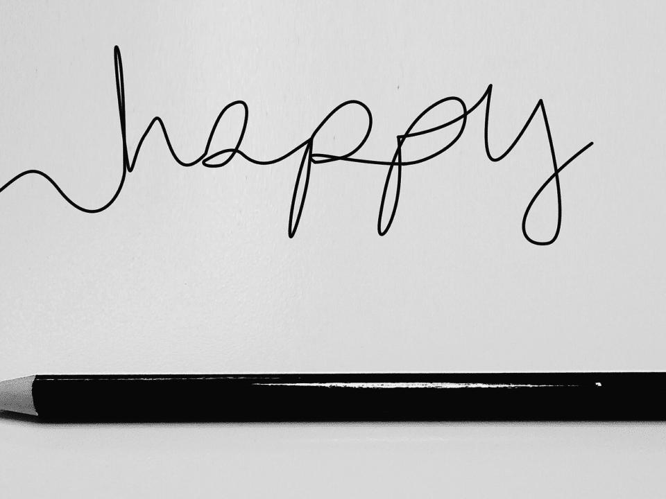 mustavalkoinen happy teksti musta kynä