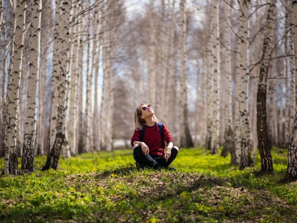 nainen koivumetsä vihreä maasto
