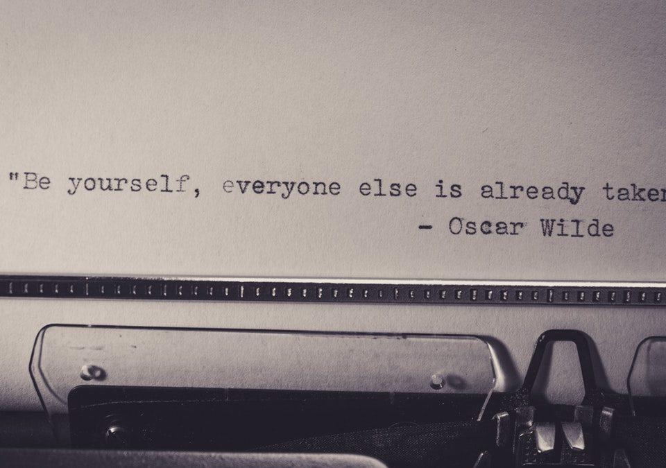 retro kirjoituskone oscar wilde sitaatti