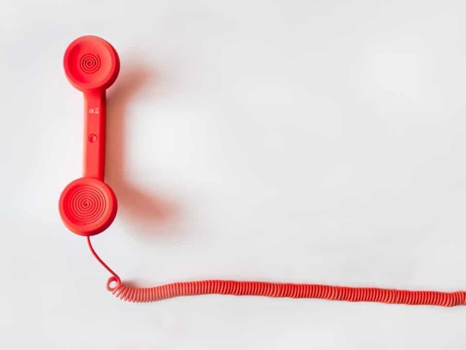 punainen puhelin valkoinen tausta