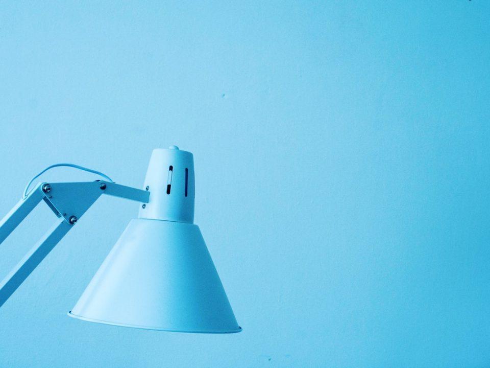vaaleansininen tausta sininen pöytälamppu