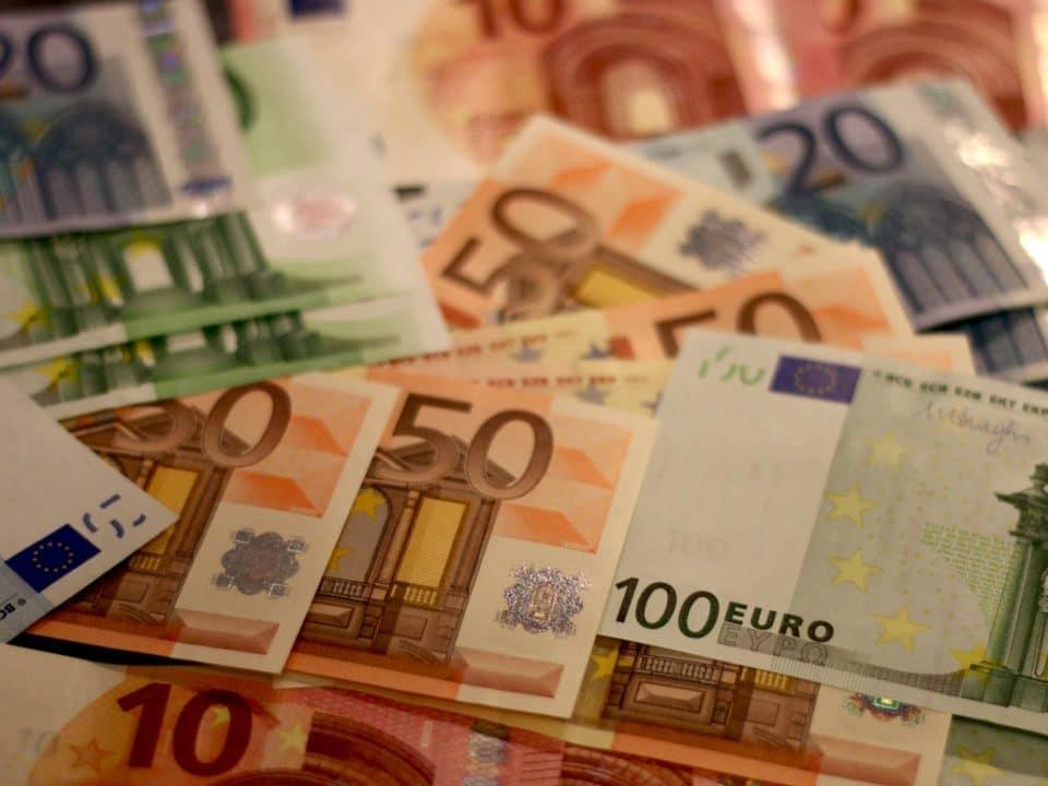 värikkäitä euroseteleitä kasassa