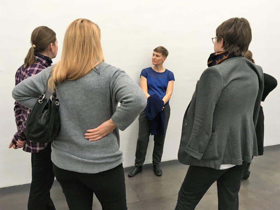Taiteilija Pilvi Takala ohjaa taidekierrosta Kiasmassa