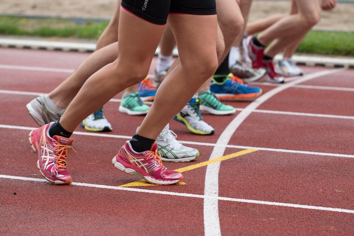 juoksijoiden jalkoja radalla