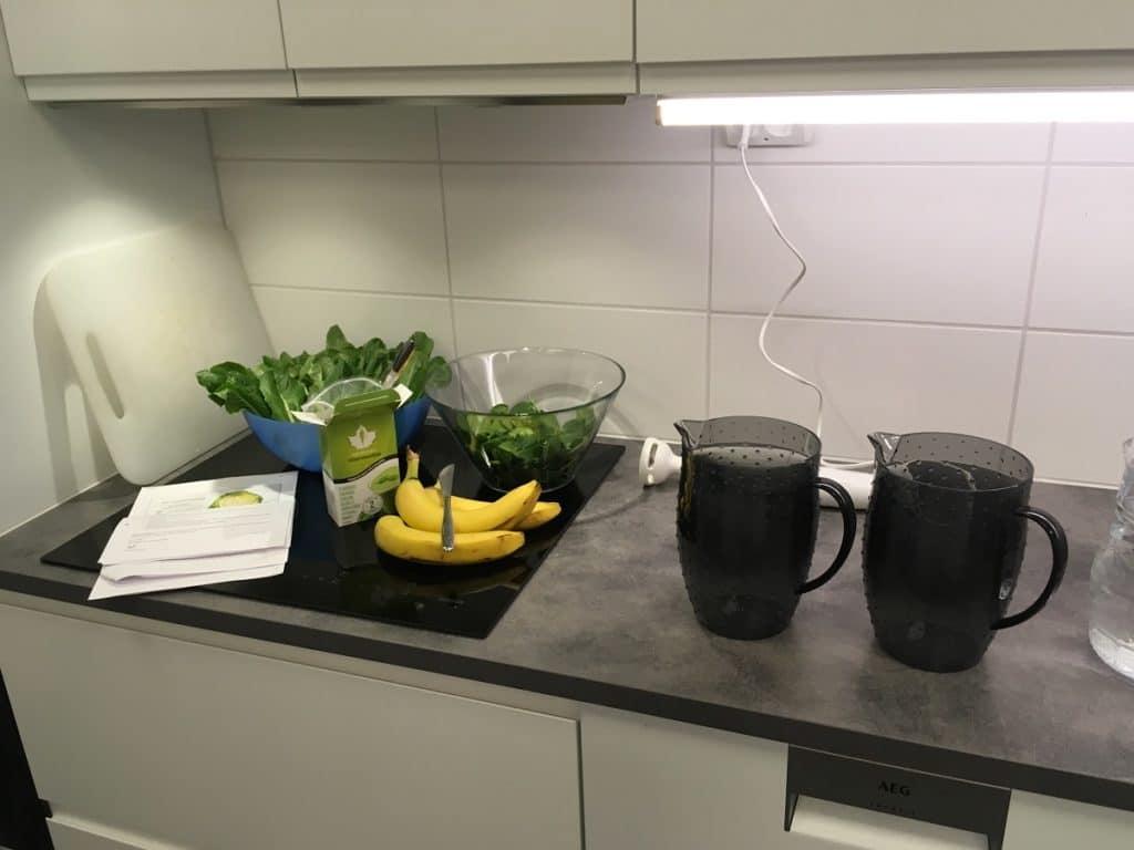 vihersmoothie valmistumassa keittiössä