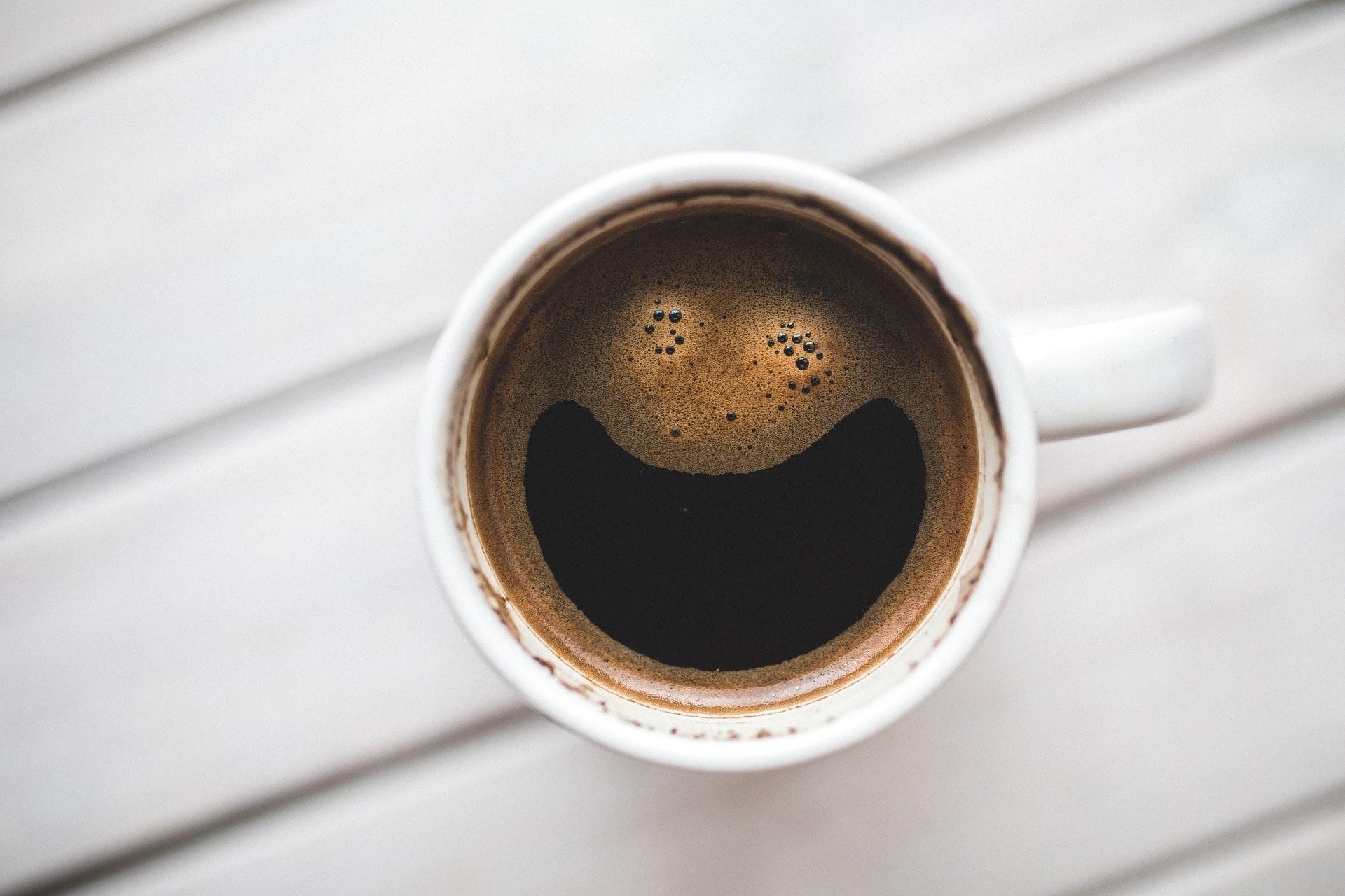 kahvikuppi valkoisella pinnalla ylhäältä katsottuna