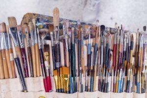 eri värisiä taidepensseleitä