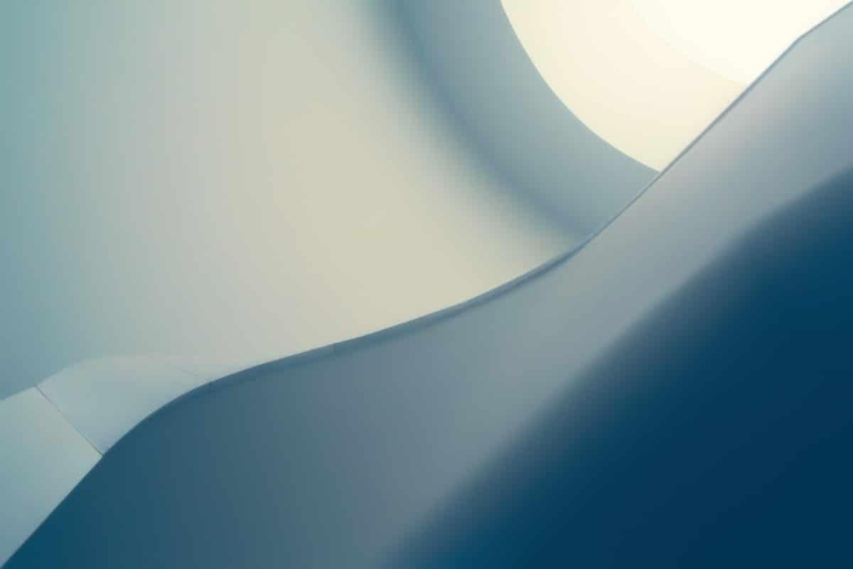 siniharmaa ja valkoinen kaareva pinnan muoto