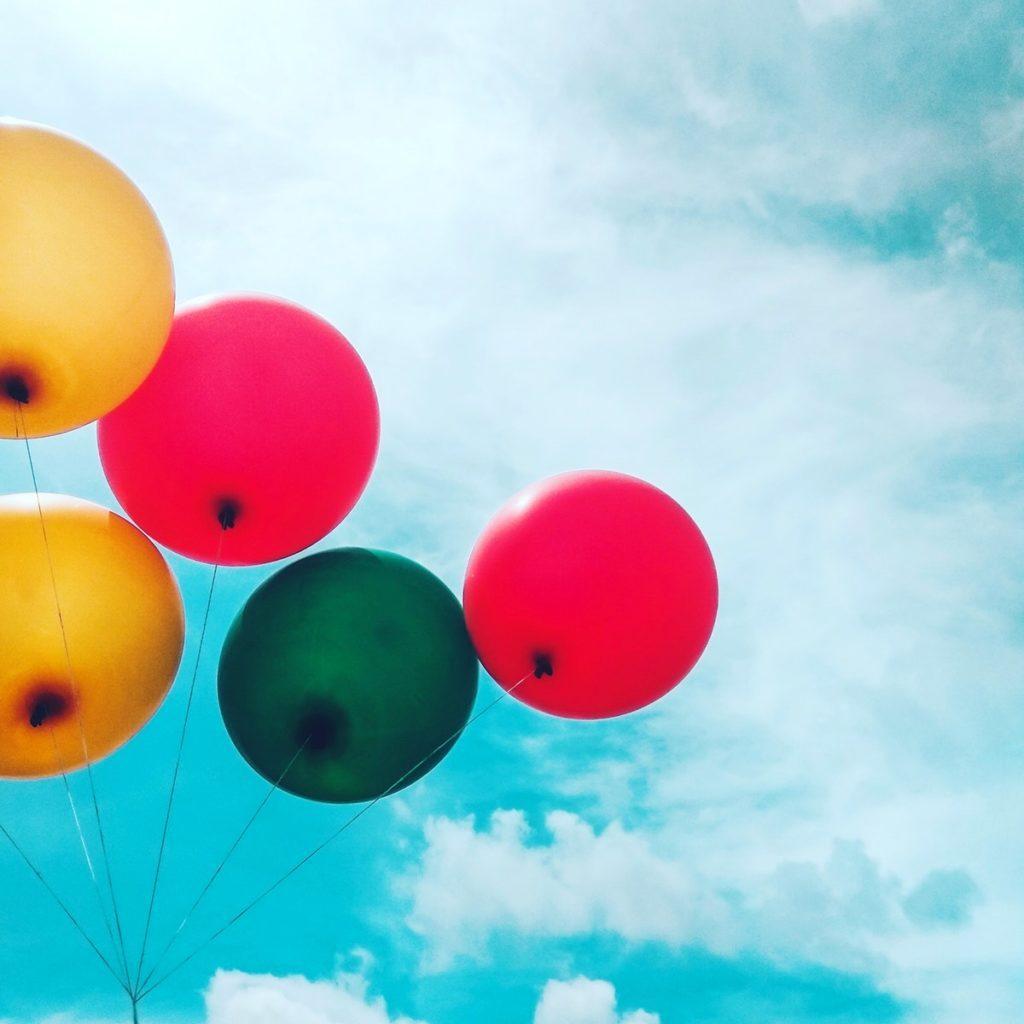 viisi ilmapalloa sinisellä taivaalla