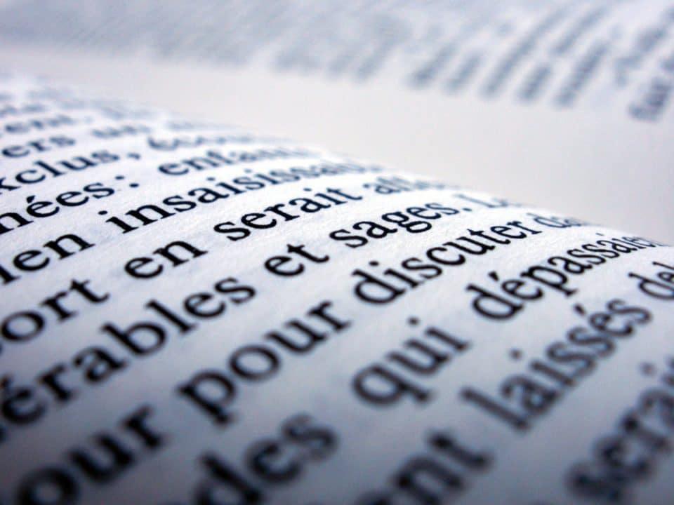 lähikuva ranskankielisen kirjan tekstistä