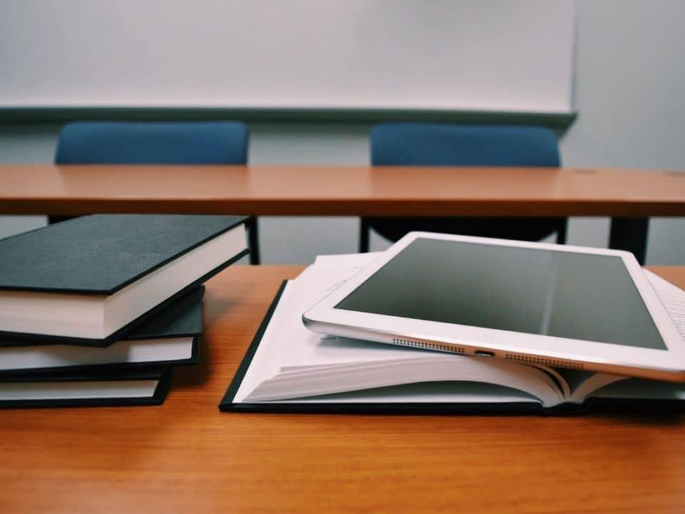 kirjapinoja ja tabletti oppimistilassa