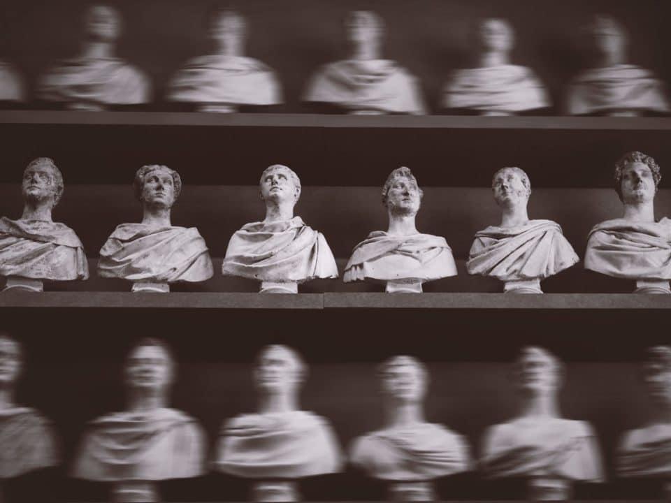 antiikin pystejä kolmessa tasossa