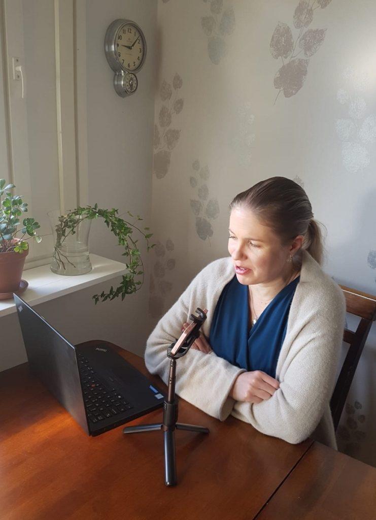 marketta liljeström nauhoittaa podcastia