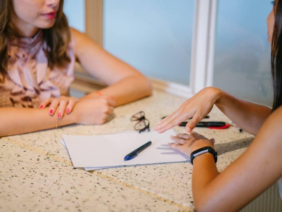 kaksi naista pöydän ääressä